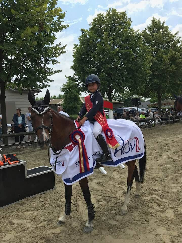 Chloé Hoste wint grote en kleine finale van ponykampioenschap HROV