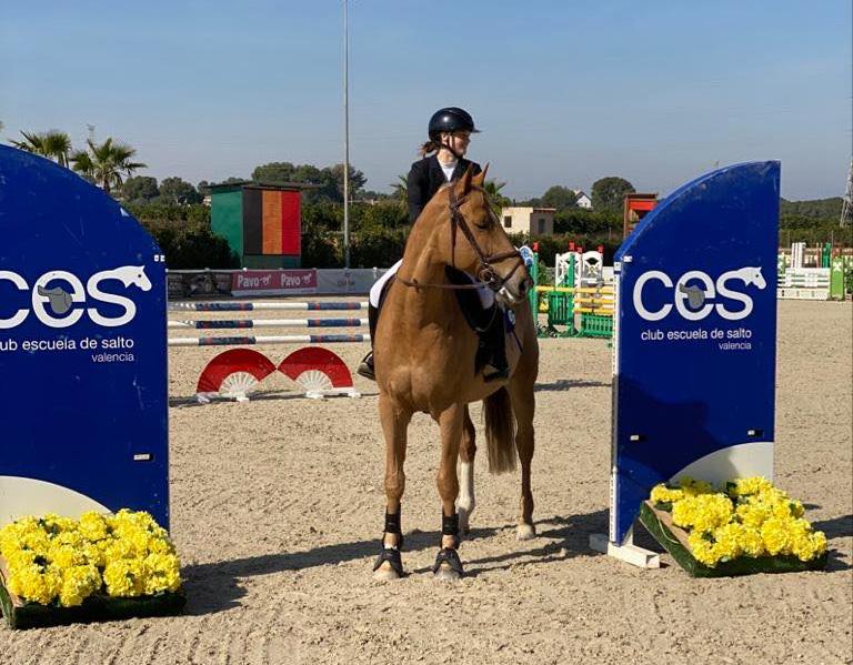 Maxine Gaelens schittert op het  podium  onder de Spaanse zon