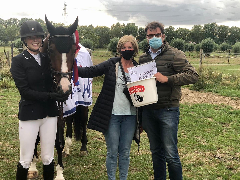 Charlotte Rooms en Johan Wenselaers grijpen de bekers op HROV kampioenschap jonge paarden