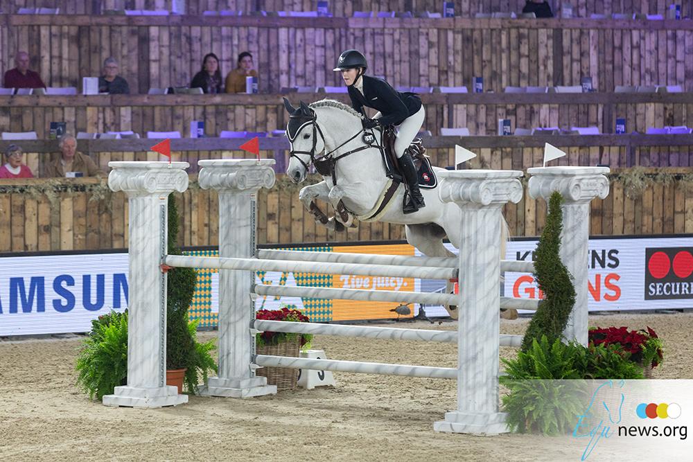 Skye Morssinkhof springt op het podium in Oliva